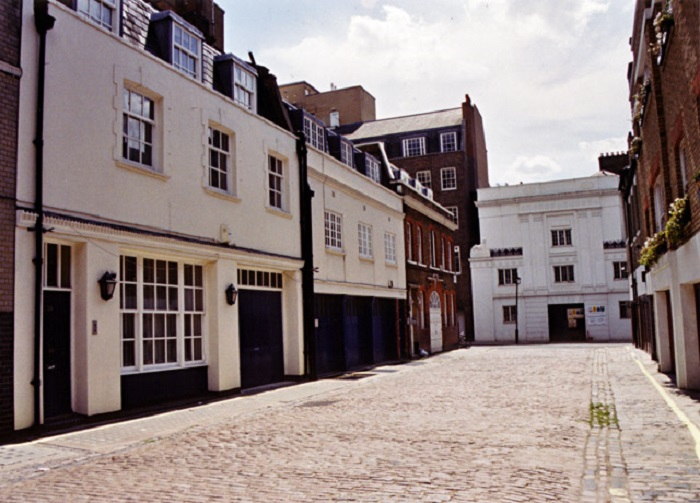 Pretty Mews house in London on the HomeTruths blog